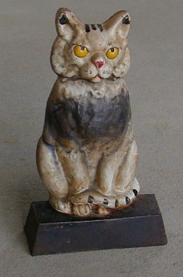 Cat yellow eyes.jpg (44604 bytes)